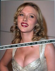 """SCARLETT JOHANSSON SEXY! COLOR CANDID 8x10 PHOTO BUSTY POSE """"THE AVENGERS"""" #9689"""