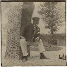 PHOTO ANCIENNE - VINTAGE SNAPSHOT - HOMME MODE CASQUETTE FAUTEUIL JARDIN FUMER
