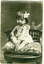 PHOTO circa 1900 une petite fille noeud dans les cheveux prend la pose