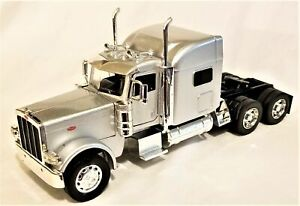 New Ray - 1:32 Scale Peterbilt 389 Truck Cab Silver (BBNR52921S)