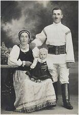 Antikes signiertes Foto: Familie in Tracht - Siebenbürgen