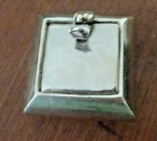 Cendrier de poche en métal argenté.