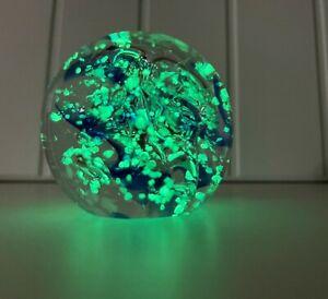 Glaskugel Briefbeschwerer Traumkugel Klar Blau Wirbel Welle Nachtleuchtend 6 cm