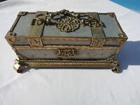 ancienne boite a bijoux fantaisie avec le fond à restaurer
