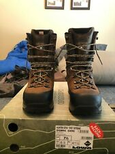 Men's lowa hunter gtx evo extreme boots 8.5 in excellent condition with box.
