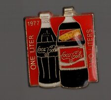 Pin's  bouteilles de coca cola 1977 (1 et 2 litres / one and two liters)