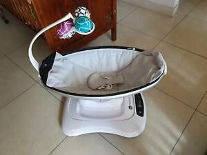The 4moms Mamaroo 4.0 infant seat
