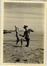 PHOTO ANCIENNE - VINTAGE SNAPSHOT - HOMME PLAGE MAILLOT BAIN BLAGUE DRÔLE -BEACH