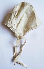 Bonnet de bébé en tissu et dentelle 19e siècle
