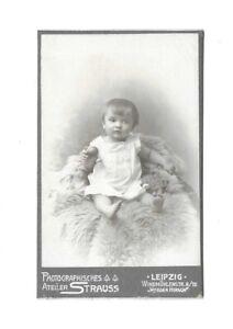 4446 CDV Kleines Kind auf Fell Leipzig um 1910