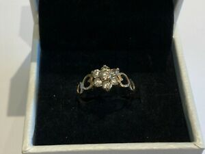 Stunning Small 9ct Yellow Gold CZ Daisy Ring With Hearts Size M+ Ladies Girls