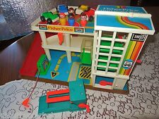 VTG FISHER PRICE LITTLE PEOPLE PLAY FAMILY PARKING RED RAMP GARAGE #2504 CENTER