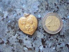 belle  medaille en forme de coeur des amoureux de peynet .