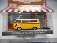 VOLKSWAGEN T2 BUS WITH BACKPAPER 1975 HOBBY SHOP S1 GREENLIGHT 1/64