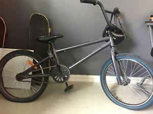 Velo BMX Mongoose (decathlon) noir + casque Hudora