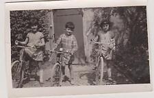 PHOTOGRAPHIE ANCIENNE PETIT GARCON ENTOURE DE 2 FILLETTES SUR LEUR PETIT VELO