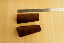 Paire de protections, manchons élastiques marron pour courroies accordéon.