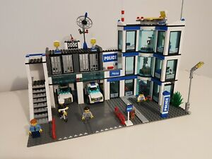 LEGO 7498 - Police Station - City - 2011 - Retired - Complete