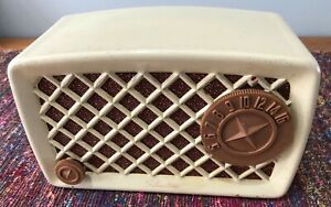 (1) 1950 Silvertone model 2002 AM radio chassis 132.878