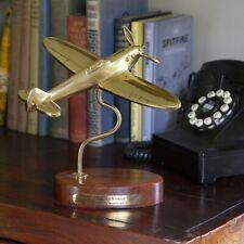 Avion Spitfire en laiton massif sur base bois avec texte de Winston Churchill