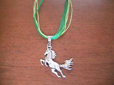 collier organza vert avec pendentif cheval argenté 51x43mm