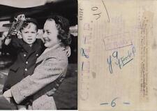 Olivia de Havilland. Fotografía de la artista de cine con su hijo.