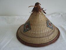 Chapeau asiatique vintage en paille tressé et cuir