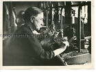 1943 ORIGINAL PRESS RELEASE WWII PHOTO ENGLAND OLD FOLK WORK ARMS FACTORY 21080