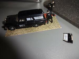Brekina (?) Mercedes Bestattungswagen Leichenwagen mit 2 Figuren ganze Szene