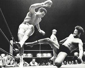 MUHAMMAD ALI vs ANTONIO INOKI 8X10 PHOTO BOXING JAPAN WRESTLER PICTURE