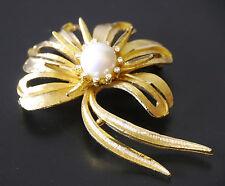 BSK vintage rhinestone & pearl ribbon brooch, glossy & textured gold-plated Nice