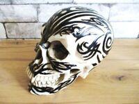 Totenkopf Skull Schädel mit Tattoo 19 cm Poly Modell Deko Figur Neu