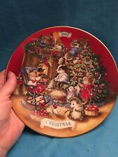 collector plate Christmas 1992 Avon Sharing Christmas with friends 22 K gold