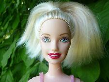 Muñeca Barbie rubia con labios rojos ~ ~ rígida de los brazos y las piernas con algunos problemas de condición