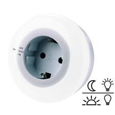 Steckdosenleuchte: LED-Nachtlicht mit Dämmerungssensor und Steckdose, weiß