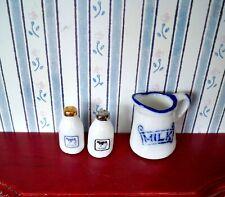 1:12 - Porzellan  KRUG mit zwei Milchflaschen Puppenhaus Miniatur