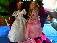 lot====2 belles  barbies ans 1993;et brosses jolie robe dentelle