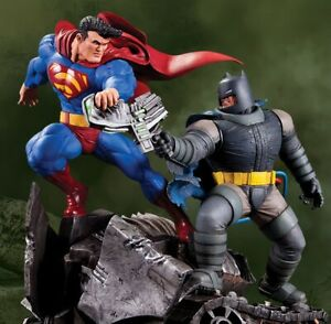 DC COLLECTIBLES THE DARK KNIGHT RETURNS BATMAN VS SUPERMAN MINI STATUE