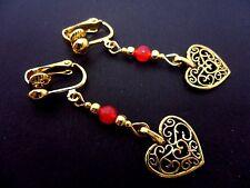 Un par de oro color Colgantes Corazón y rojo grano de Jade pendientes de clip. Nueva.