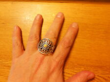 Paparazzi Stretch Band Ring (new) CIRCLE W/FLOWER AND YELLOW CENTER