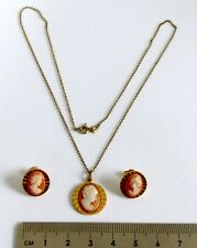 A VINTAGE 1950s GOLD TONE SHELL CAMEO PENDANT NECKLACE & PIERCED EARRINGS SET