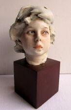 Belle sculpture en résine sur socle bois, statue signée Bénaclo?: Buste d'enfant