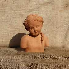 Markenlose Skulpturen mit Menschen-Motiv
