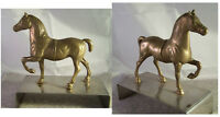 Alte Skulptur Pferd aus Messing auf einem Metallsockel