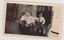 PHOTO ANCIENNE BEBE dans chaise haute dépliée en table à roulette/PETIT ENFANT