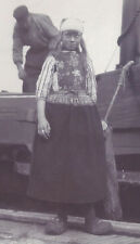 1900s SNAPSHOT PHOTO SMIRKING DUTCH GIRL IN ETHNIC CLOTHES & WOODEN SHOES