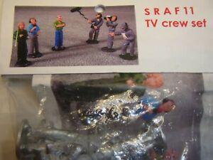 SRAF11   6 Figuren TV Crew unbemalt 1:32 Dekoration Autorennbahn