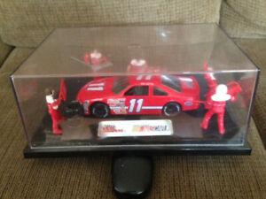 Nascar Champions #11 Bill Elliott pit crew with car 1/24th