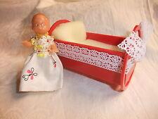 DDR Kult Puppenstube Kaufmannsladen VEB VERO Puppenwiege Puppe mit Kleid ARI