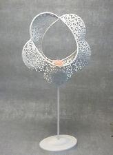 Formano Teelichthalter Blume weiß Metall mit Ornament Muster auf Fuß 41 cm